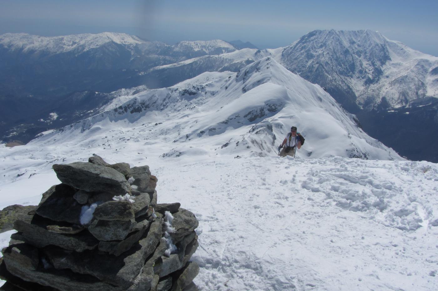 Mark in arrivo in cima...dietro di lui Passo Miette, Cresta Montù e Civrari...
