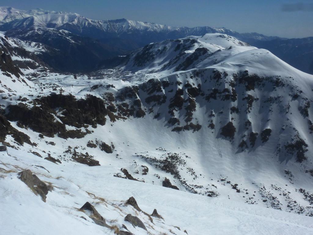 la Valle delle Meraviglie con i laghi ghiacciati e a destra i Monti Macruera/Chagiasse/Durmiose/Escandal ecc