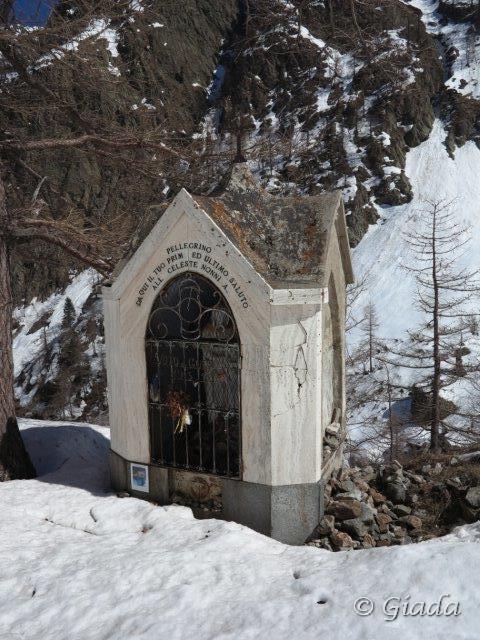 Il Pilone votivo del pellegrinaggio al Santuario da dove salendo si vede per la prima volta il Santuario
