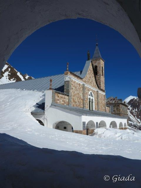 Il Santuario di Sant'Anna di Vinadio dal porticato