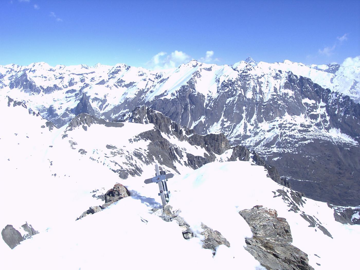 Dalla cima, il panorama verso la Val Maira (foto A. Valfrè).