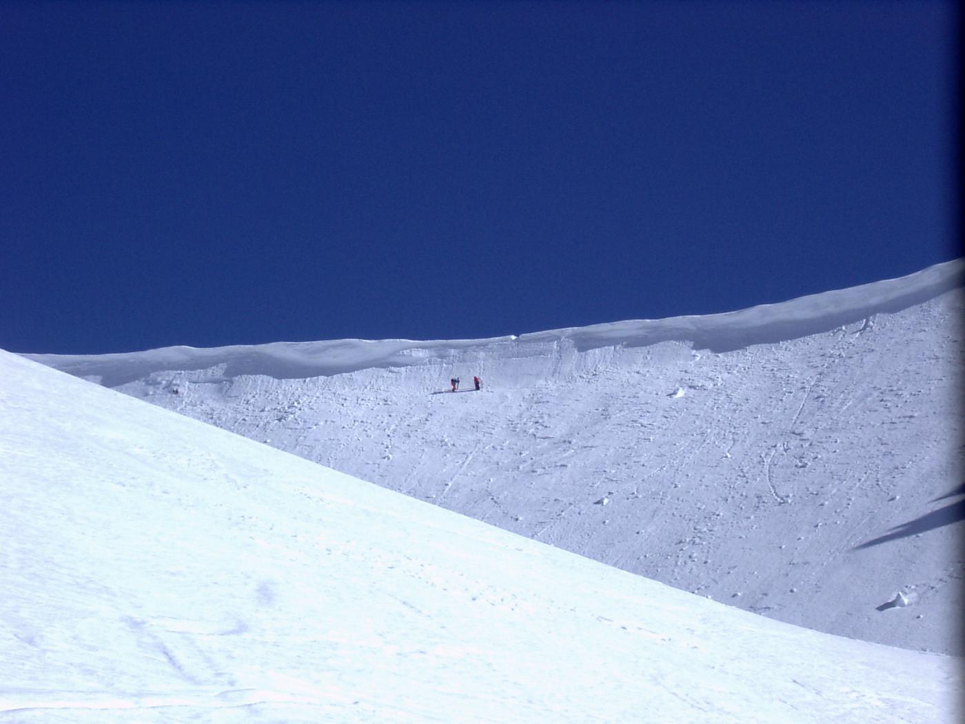 Due sciatori appena discesi dal col Villadel (foto A. Valfrè).