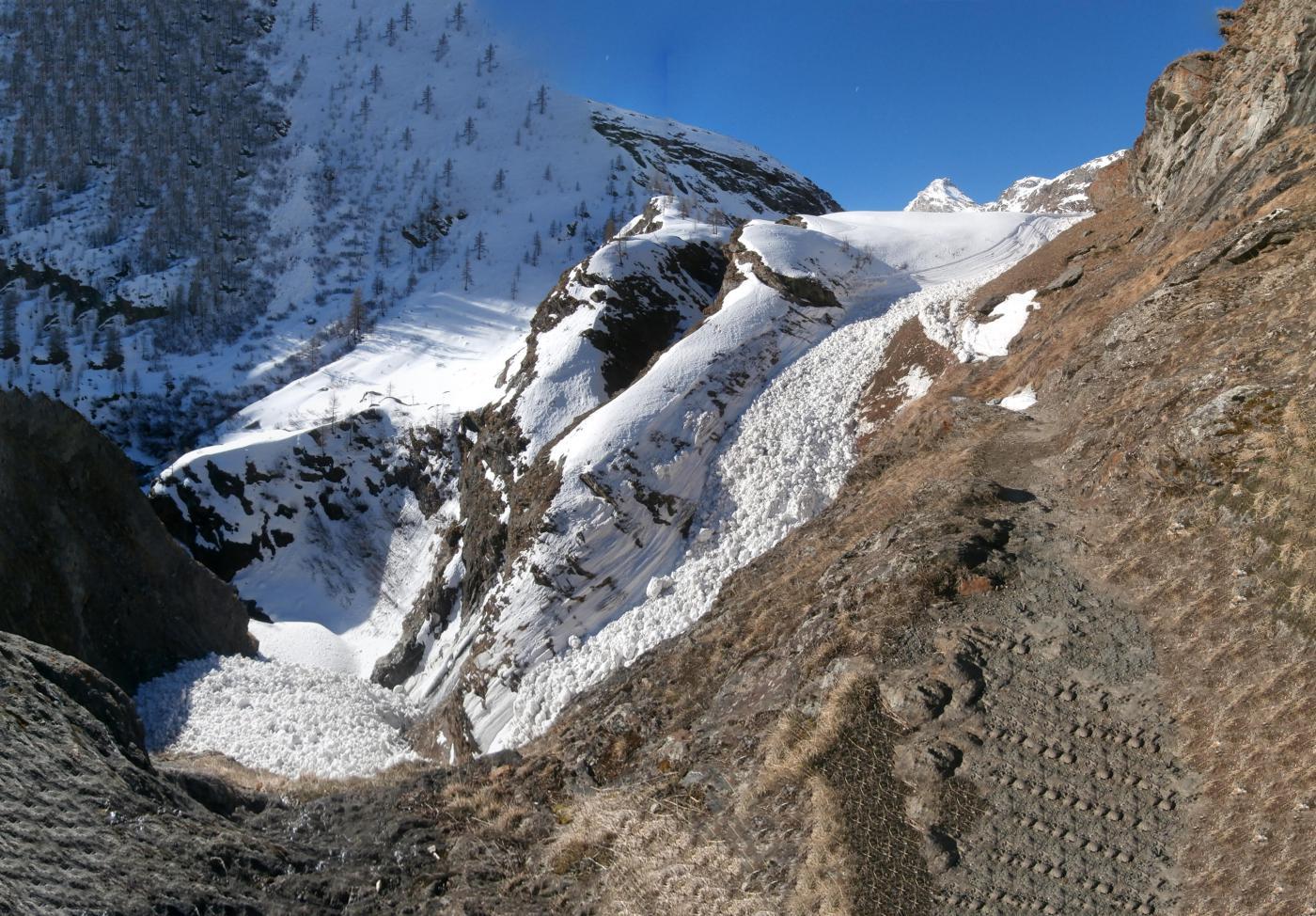 il sentiero estivo esente da neve ed interrotto da residui di valanghe....