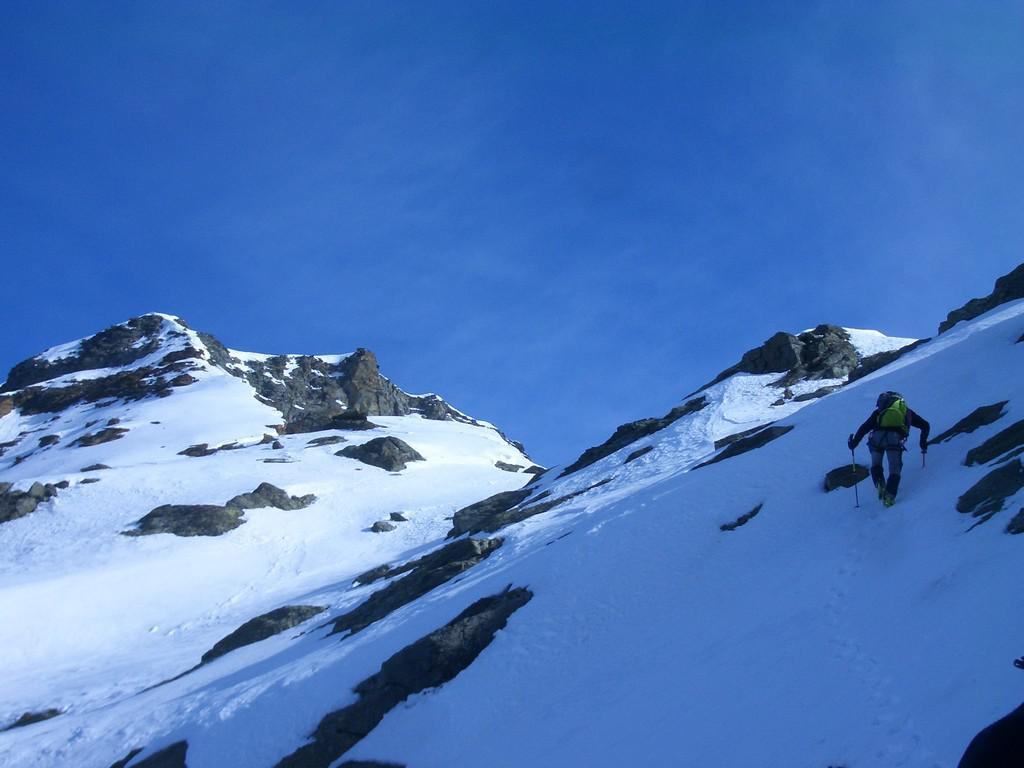 Lasciati gli sci, inizia il tratto alpinistico