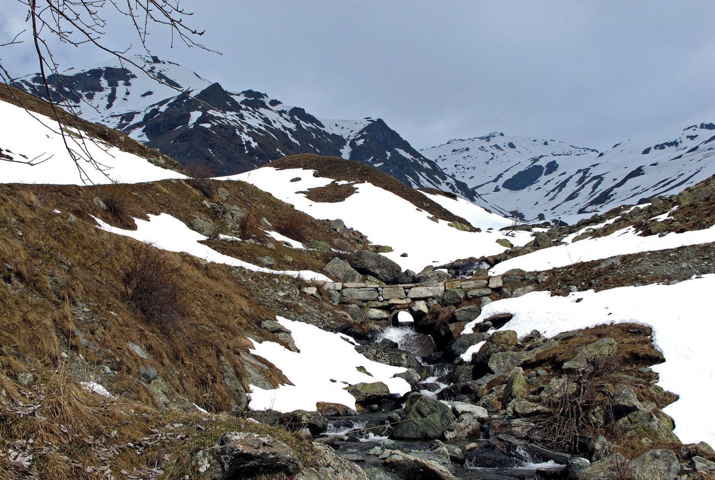 Il ponte a Q. 1800 dove inizia la neve continua(per pochi giorni)