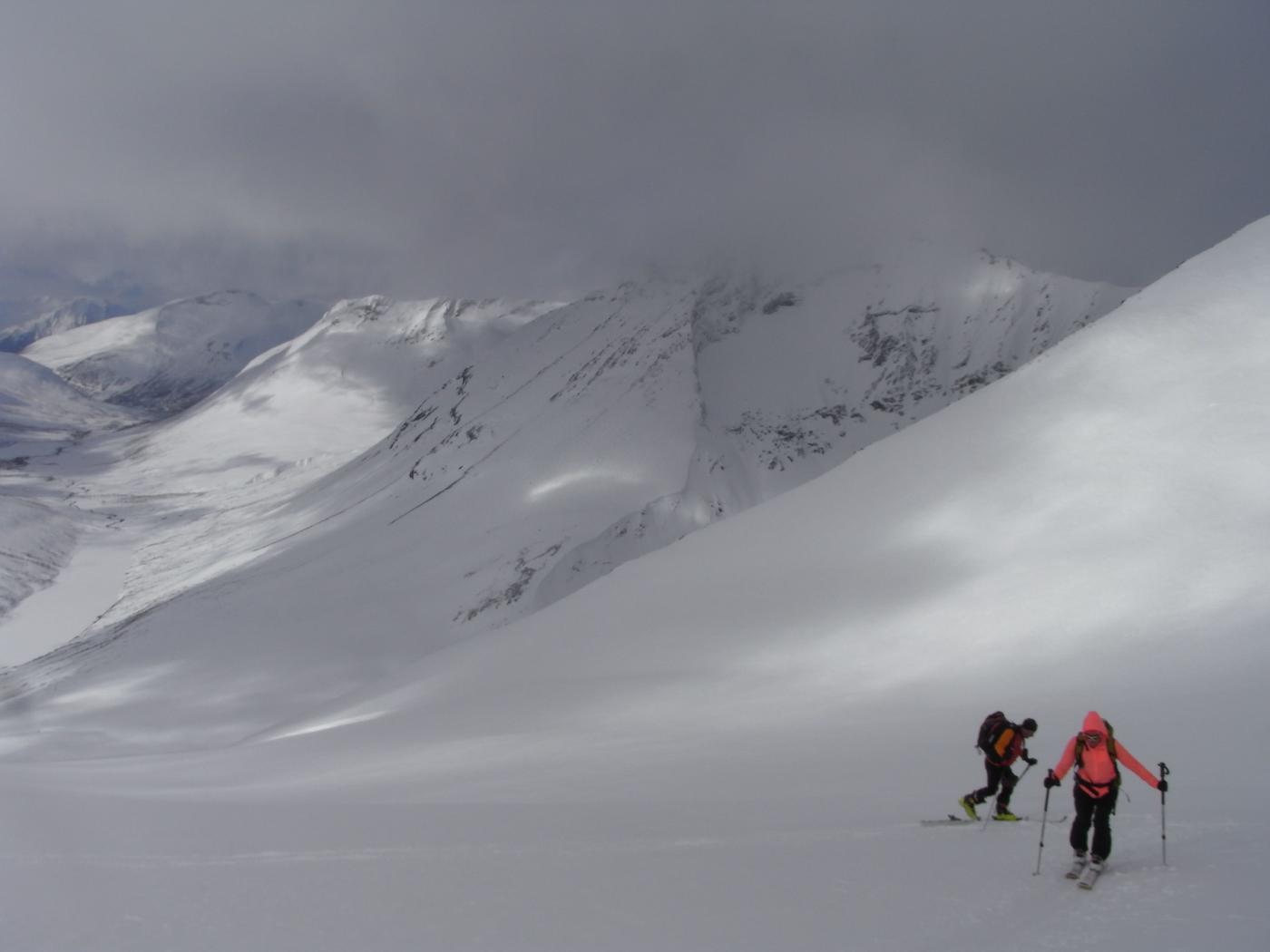 itinerario di salita, sullo sfondo il lago Tindevatnet