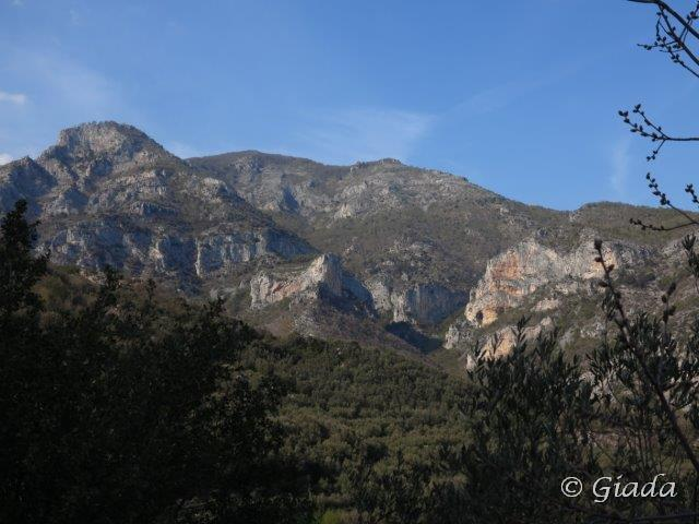 San Pietro ai Monti, Ravinet e le belle falesie di Toirano