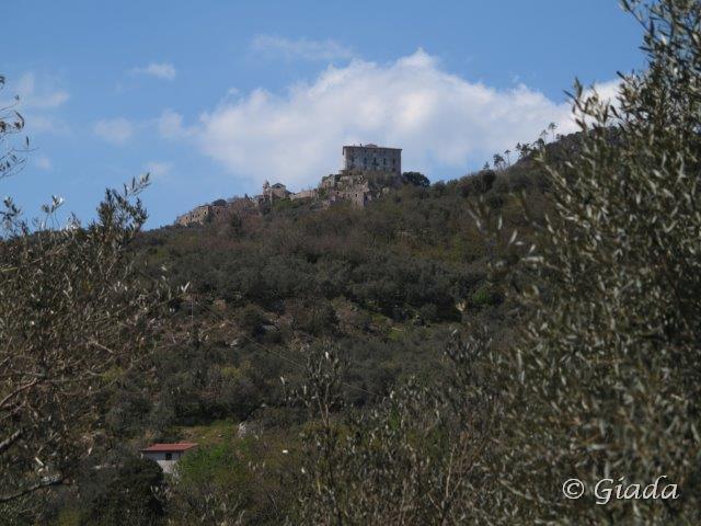 Il castello e il vecchio borgo di Balestrino dominano la valle
