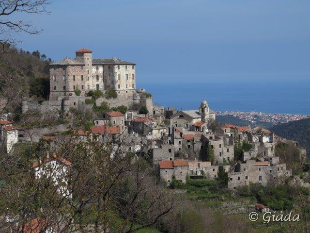 Il vecchio borgo di Balestrino col castello dei Del Carretto