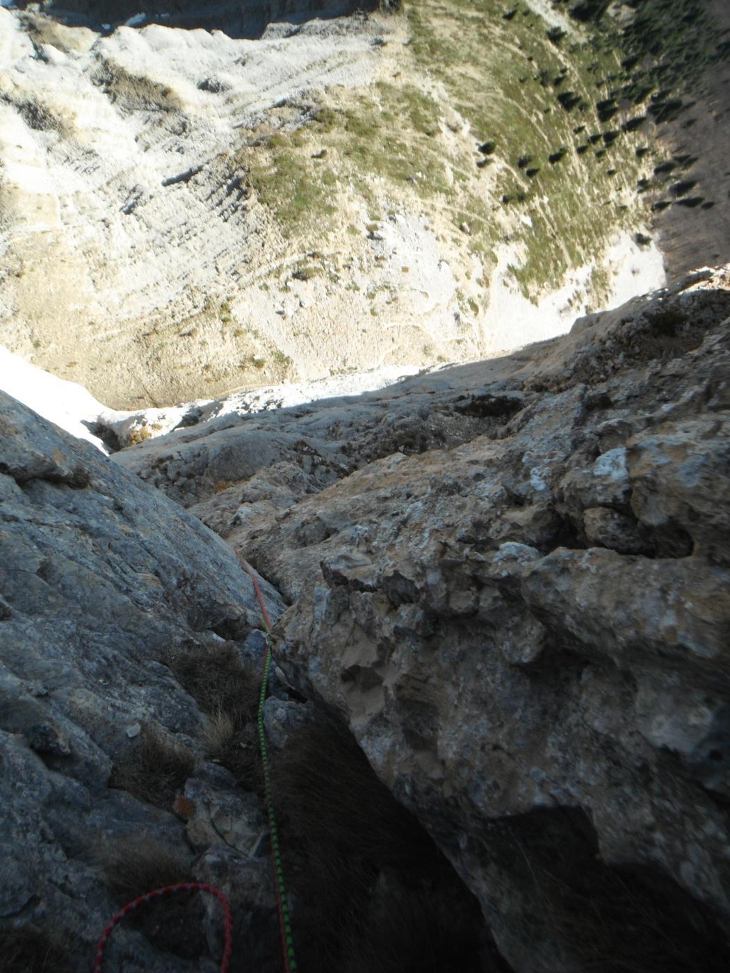 diedro con roccia molto scolpita dalla sosta del nono tiro