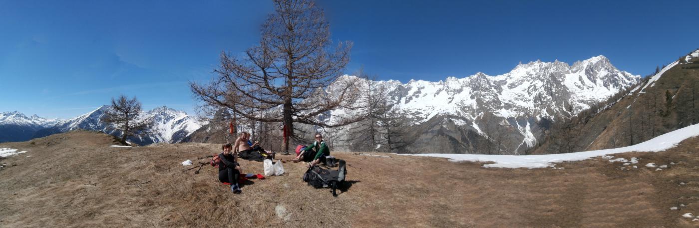 sosta pranzo con ampio panorama sulla catena del Bianco..