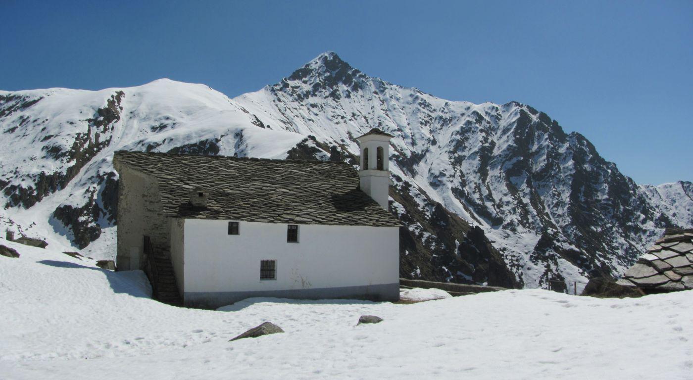 Il Santuario davanti alla Bellavarda