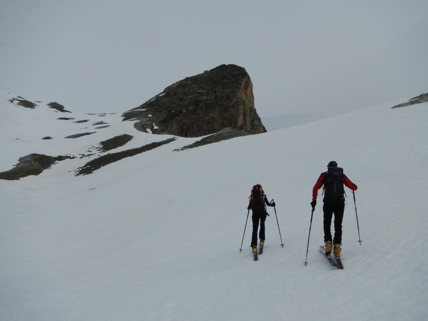 in direzione del Col Large; sulla destra la cima.