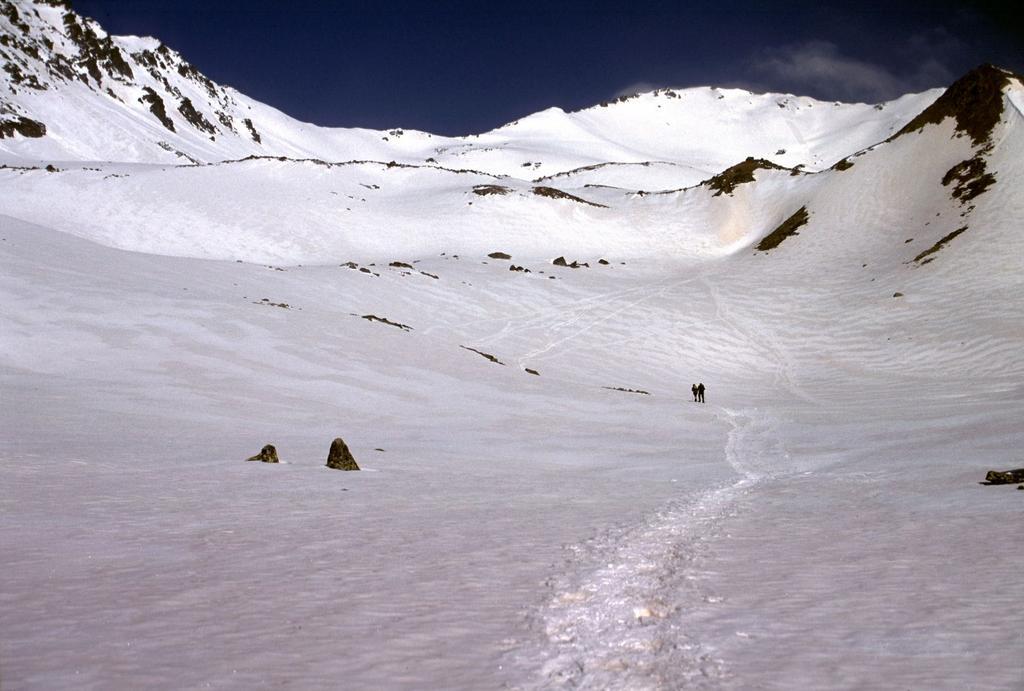 l'ottima traccia presente e altru due ciaspolatori che salgono verso il Colle di Laval (4-5-2003)