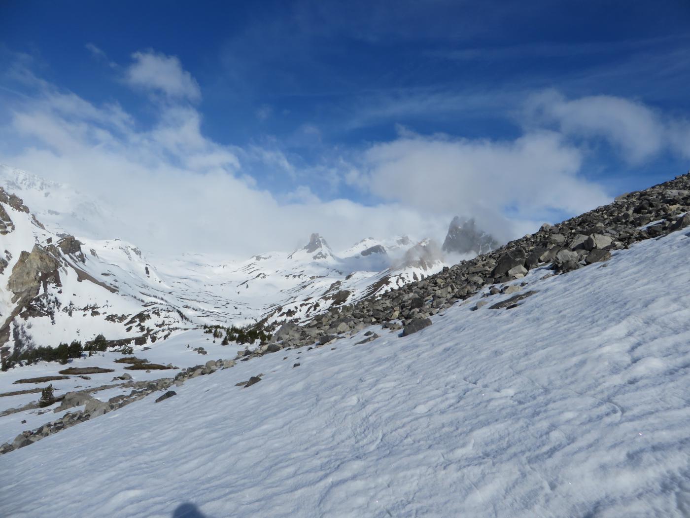 la neve è interrotta da lingue di ghiaione