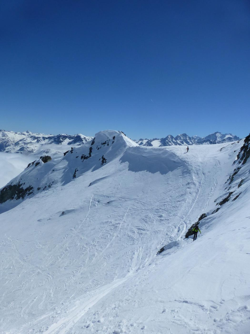 sopra al ripido traverso che porta in cresta - sullo sfondo il Bernina