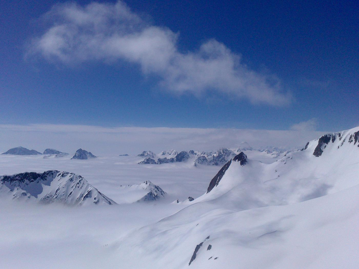 Montagne come isole in un mare di nuvole