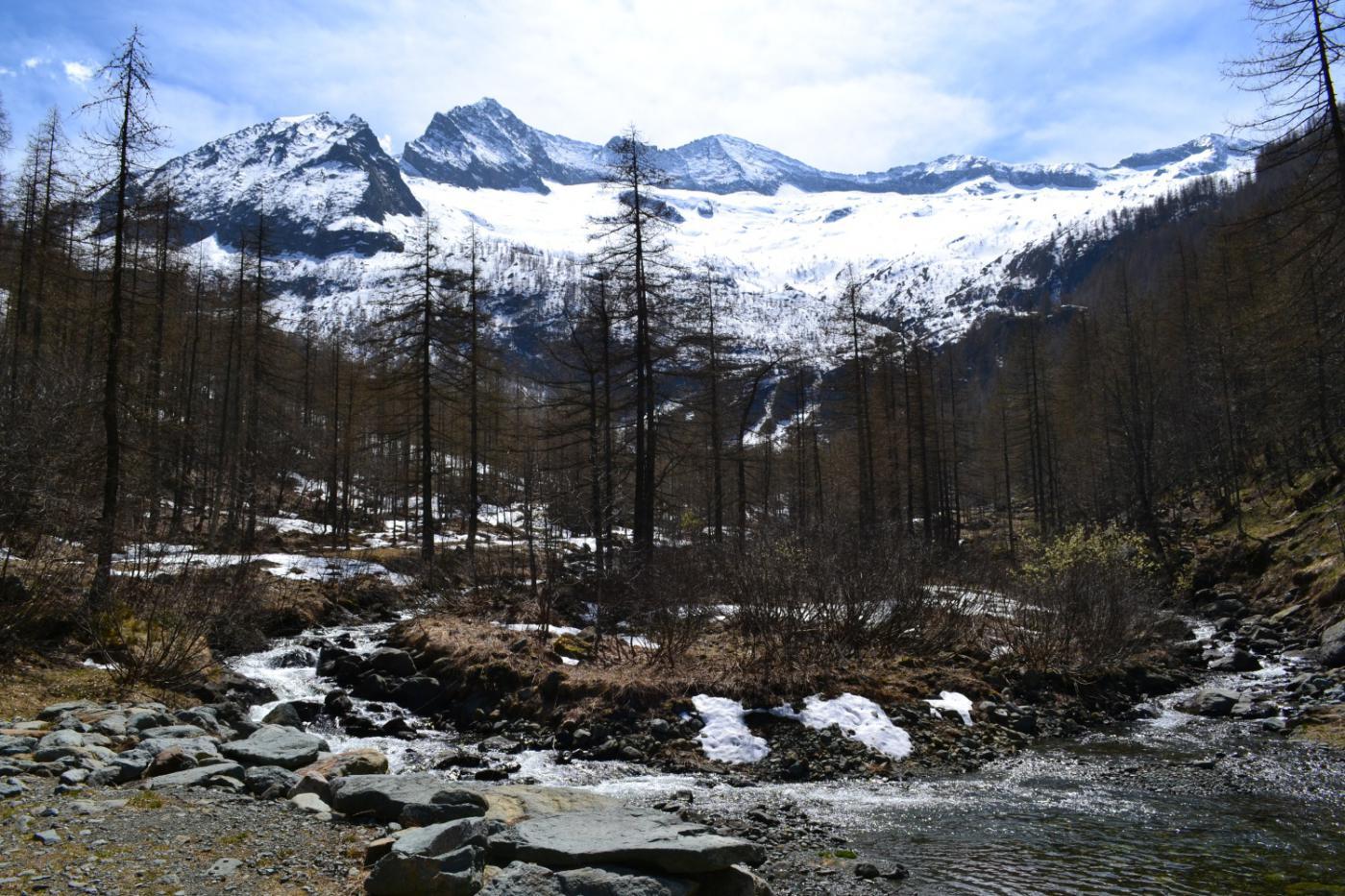 il Rio Paschiet e lo splendido anfiteatro di cime innevate tra cui la Autour