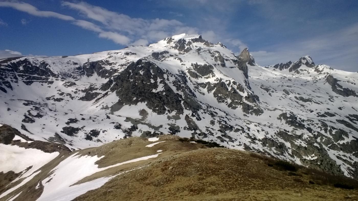 La mole della Rocca dell'Abisso dalla cima Salauta