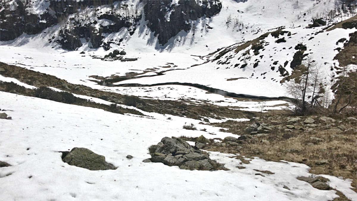 Arrivando alla testa della Val Segnara... il pianoro con il nucleo dell'Alpe, il bivacco e la nuova casera
