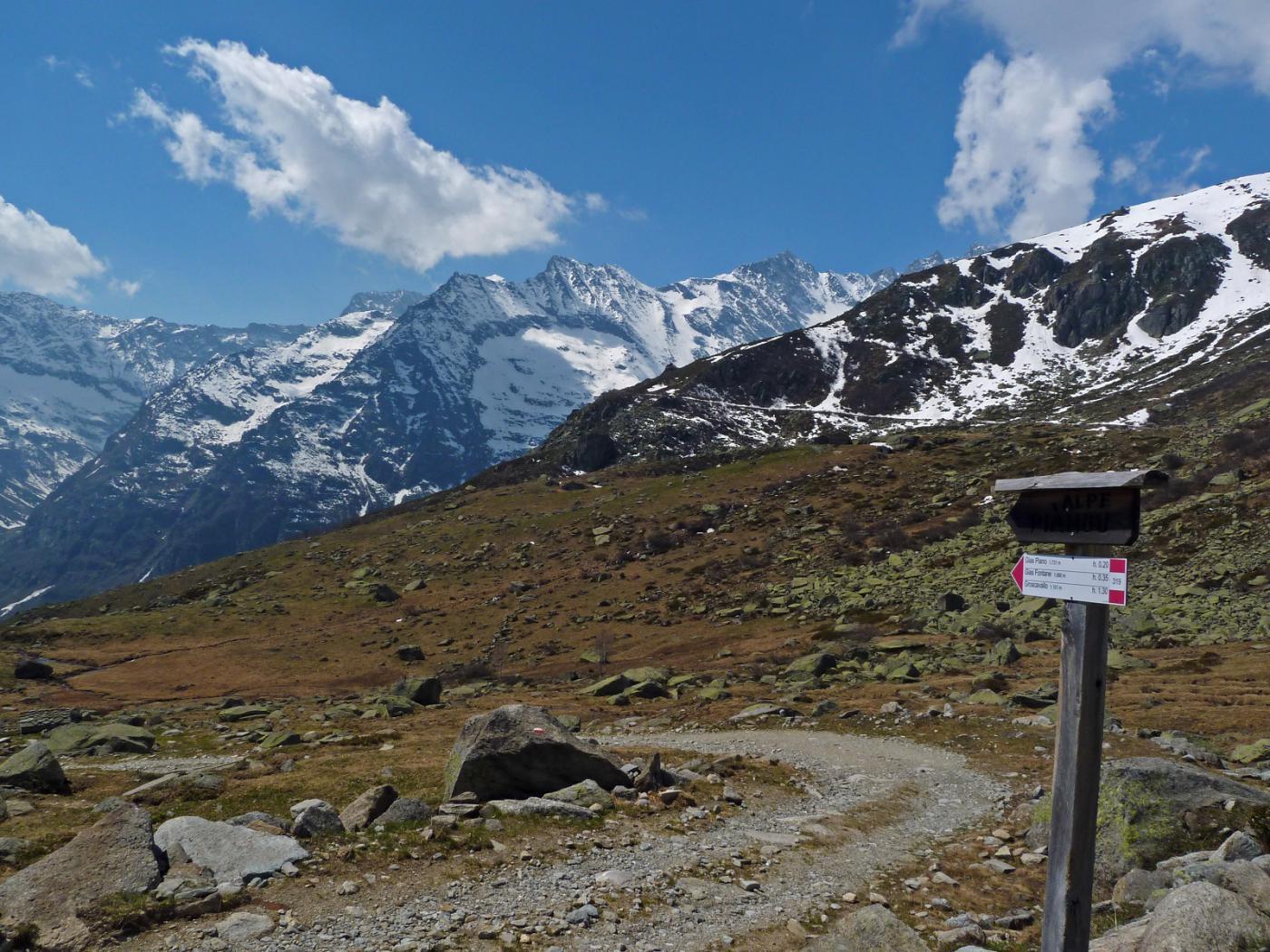 Salendo, uno sguardo sulle Levanne: ultima parte del percorso e strada che scende a Gias Crest