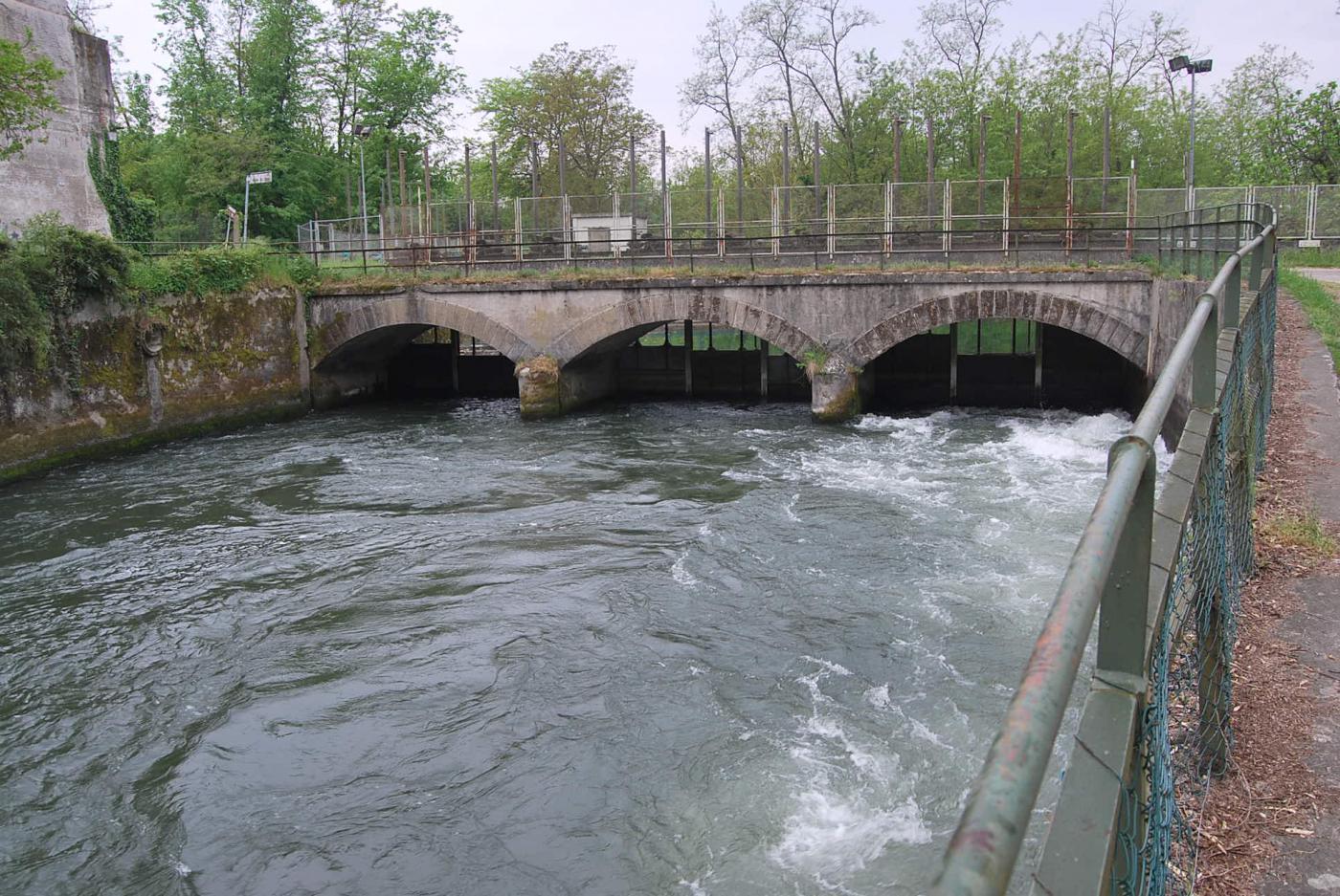 L'imbocco del canale Conti che alimenta la centrale Enel di Vigevano, 2 km più a valle