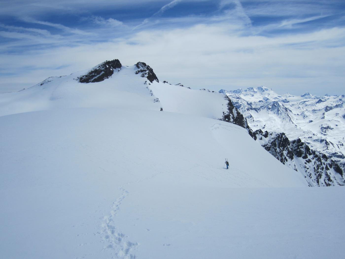 in uscita sul ghiacciaio, sullo sfondo il Rutor..