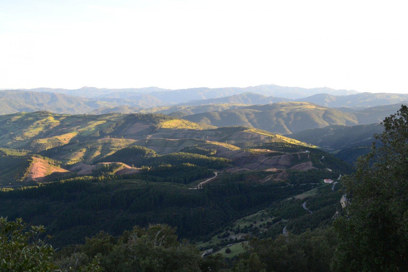 salendo si apre la vista sulle colline sottostanti