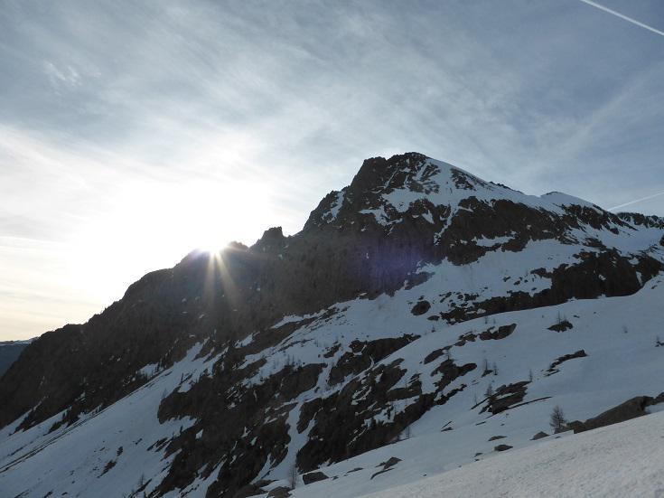 Il sole spunta dietro la Rocca di San Bernolfo
