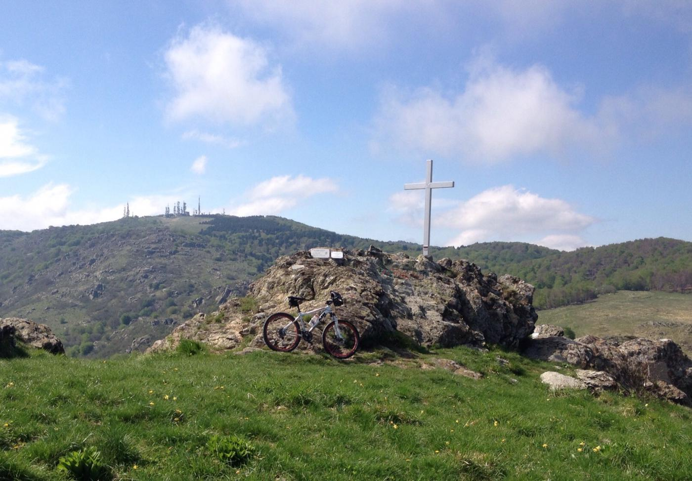 La cima del monte Sciguello con sullo sfondo il Beigua