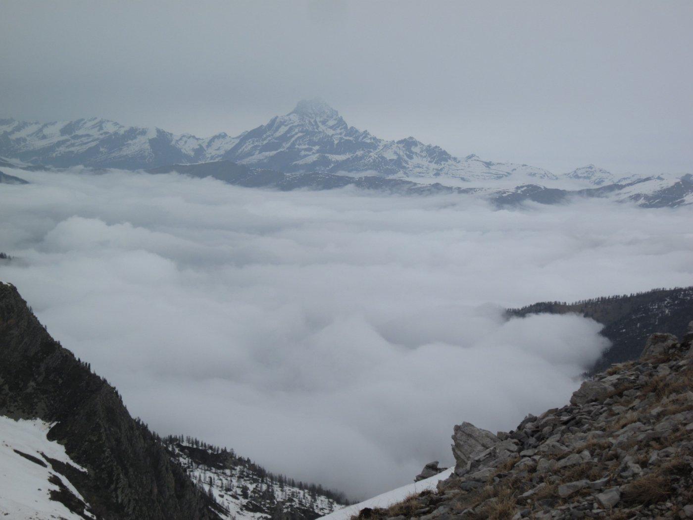 il Re di Pietra sopra la nebbia nel vallone di Marmora