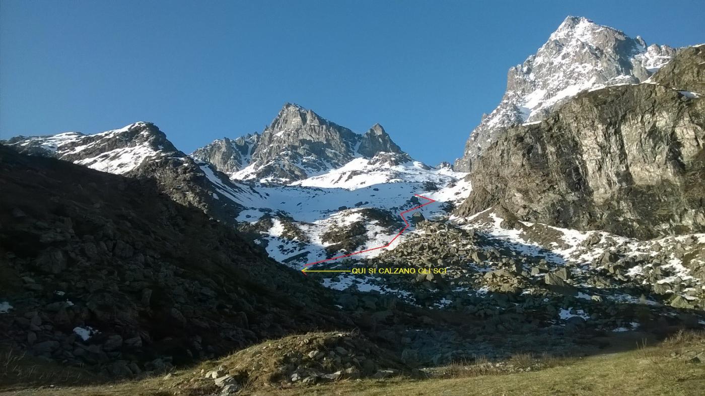 Situazione neve parte bassa con indicato il punto dove si calzano gli sci e il percorso iniziale