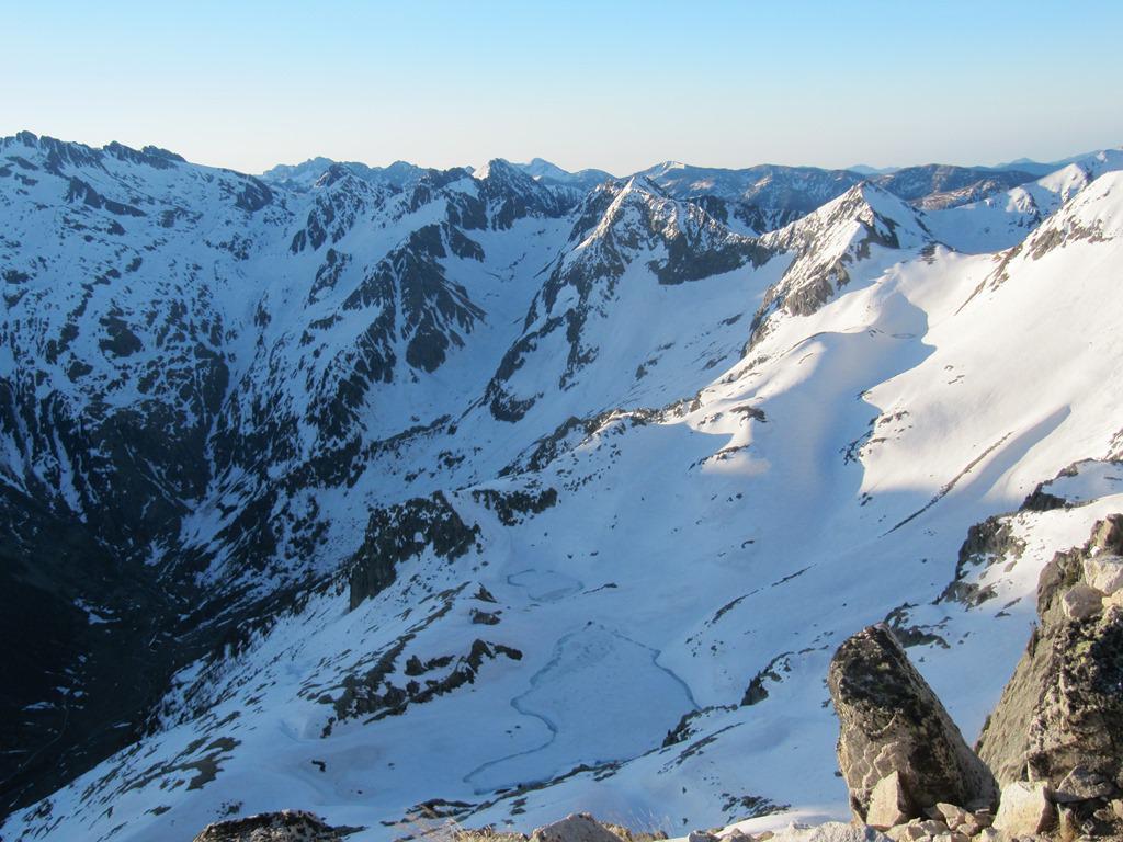 vista del Piano della Casa con veramente poca neve.... si nota il torrente nel vallone della Balma di Ghigliè