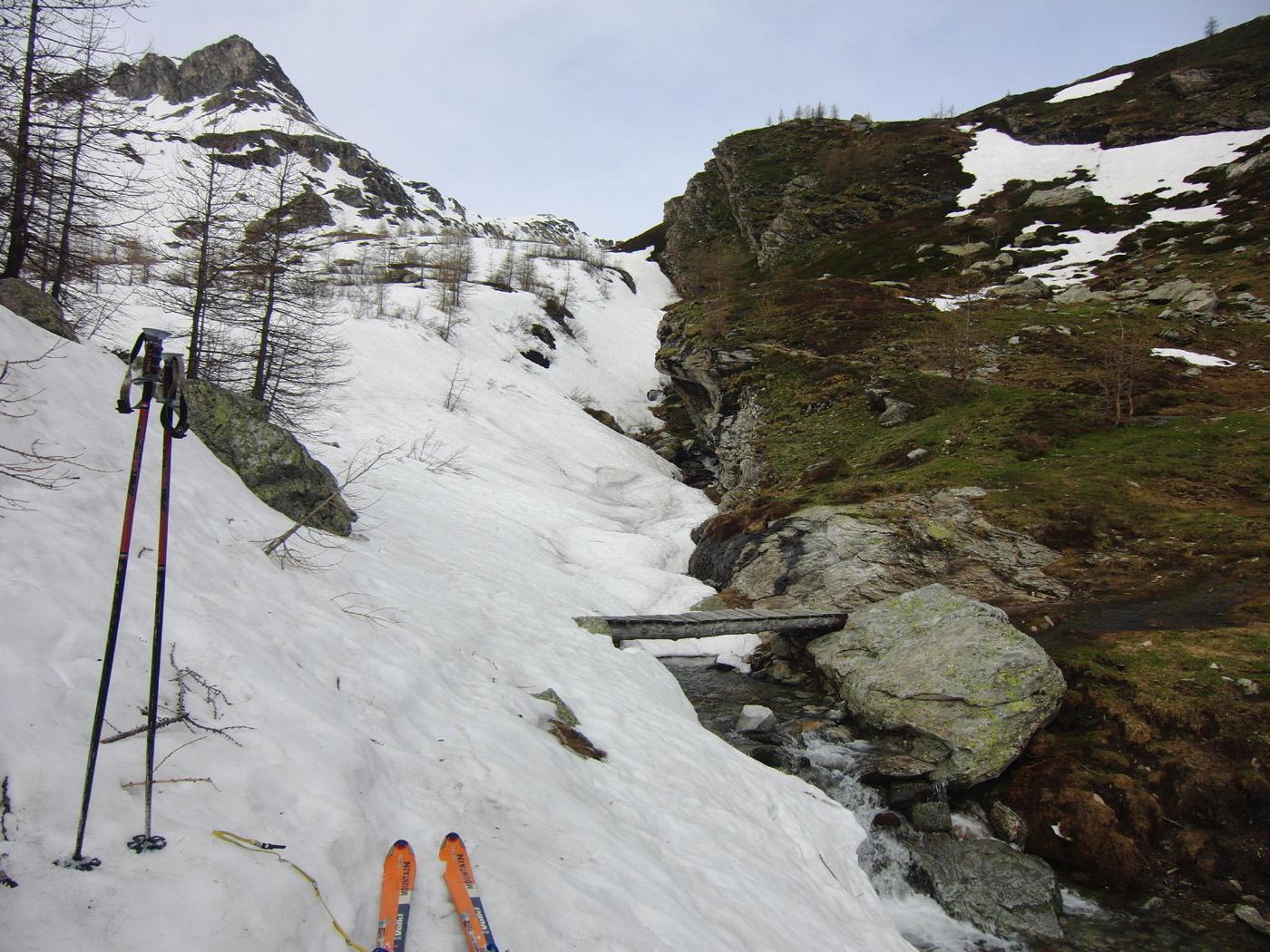 Si calzano gli sci alla passerella del Clanero
