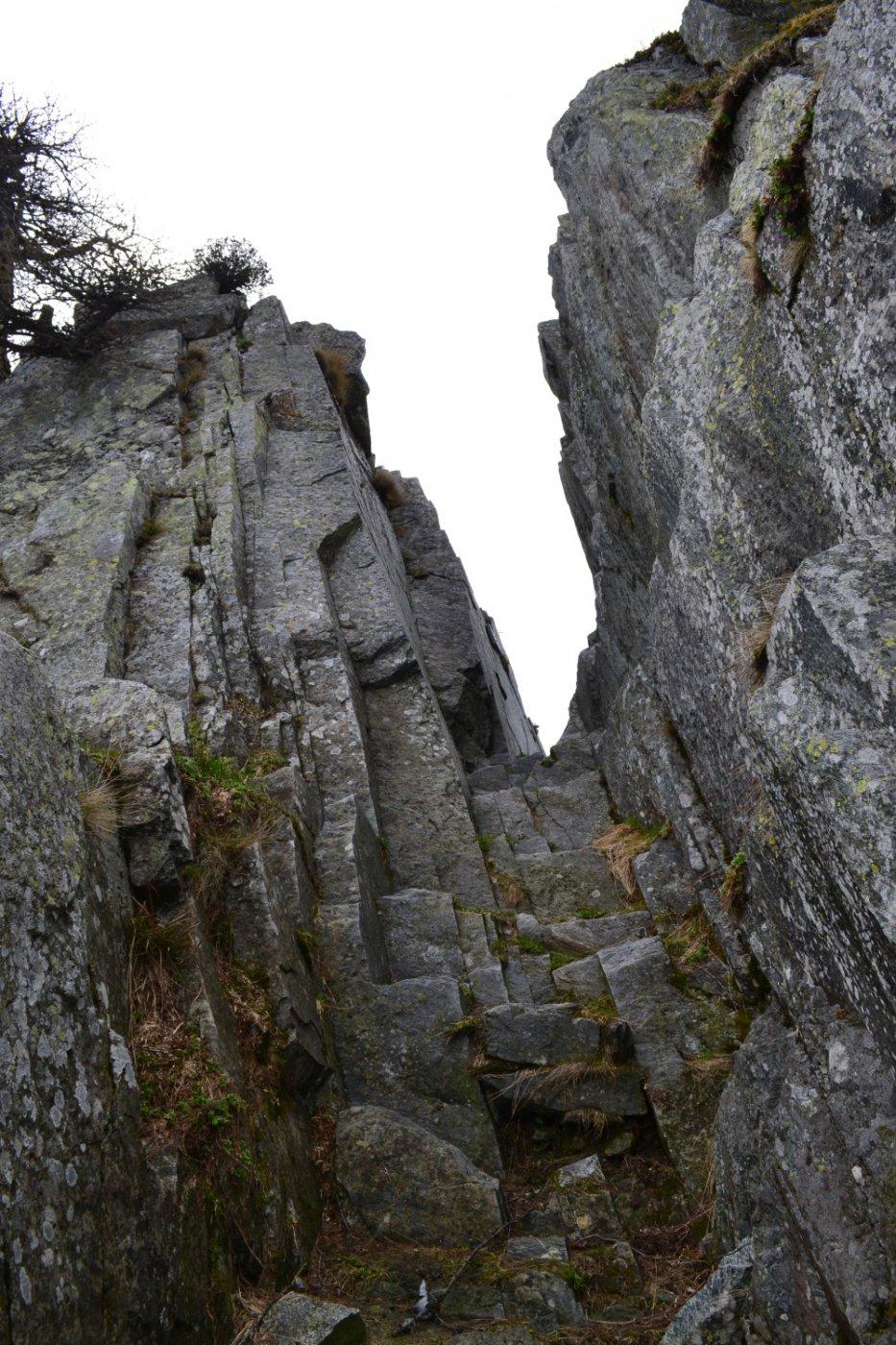 l'intaglio che conduce al di là della bastionata rocciosa