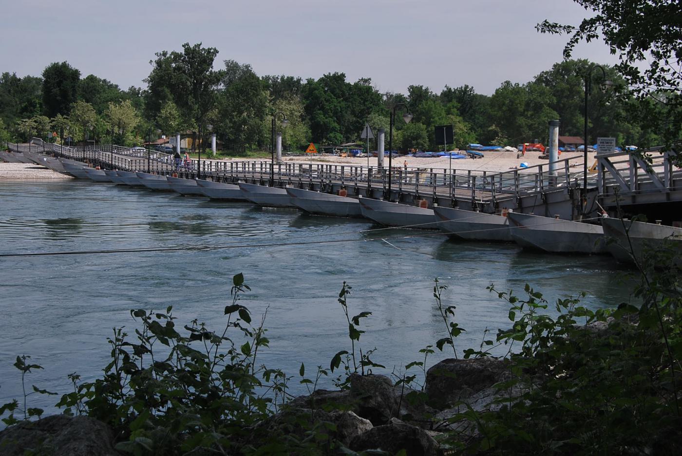 Il primo traguardo: il ponte di barche, visto da monte