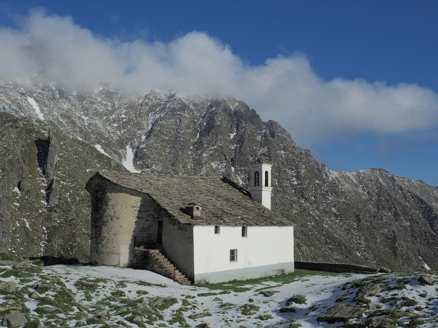 Leggera spruzzata di neve del giorno precedente sui prati intorno alla chiesa