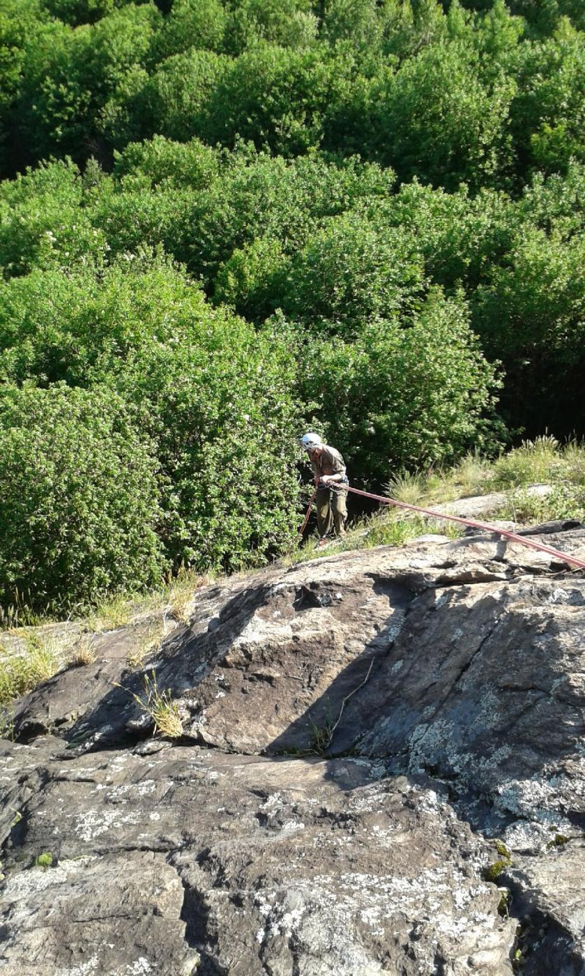 Calata in doppia, Il verde abbonda, solo nei tiri alti la roccia è super