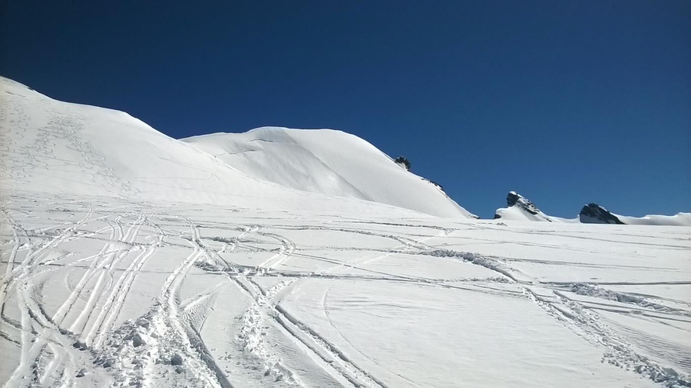 In alto neve ventata e gessosa