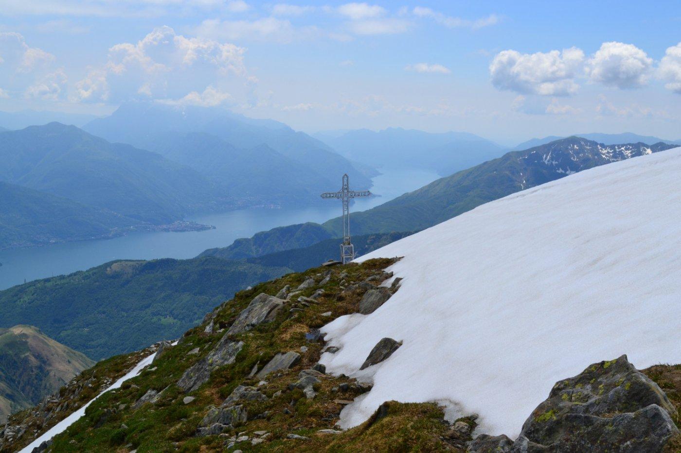 dalla cima in direzione della croce vista lago