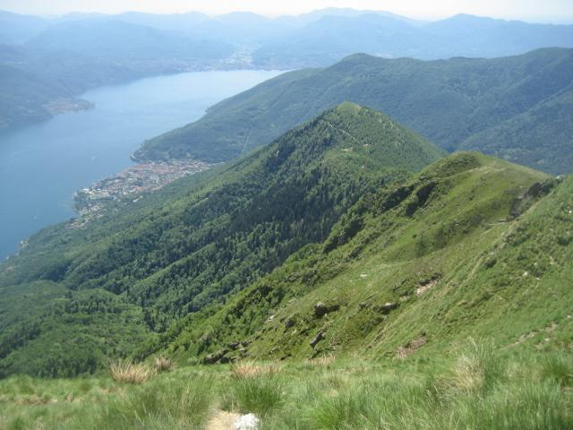 vista sul monte Giove (centro foto) e su Cannobio dalla cima
