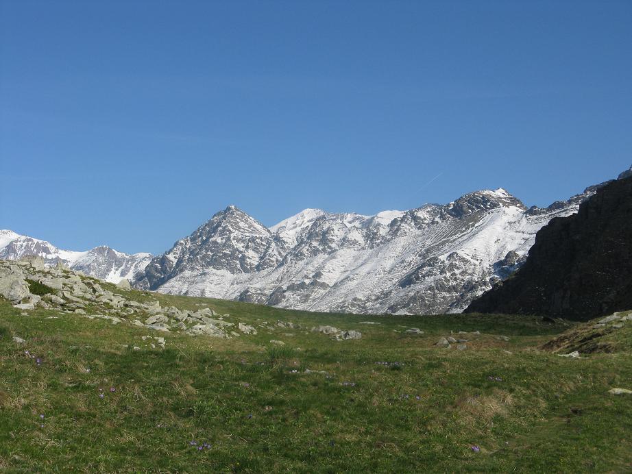 ancora tanta neve sulle cime più alte