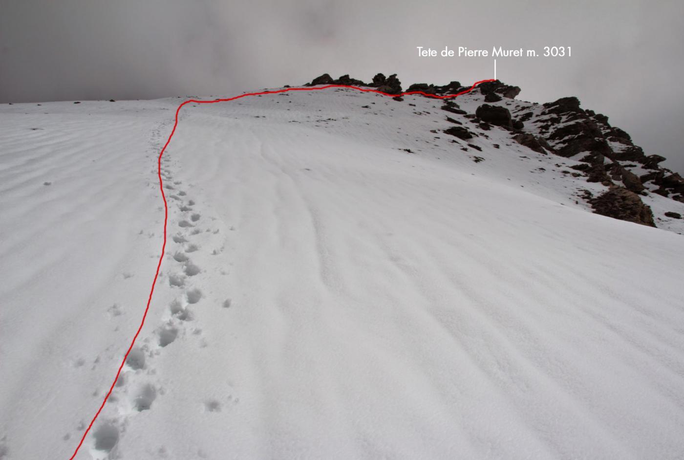 la ripida rampa finale e la cresta di roccette che conducono in cima