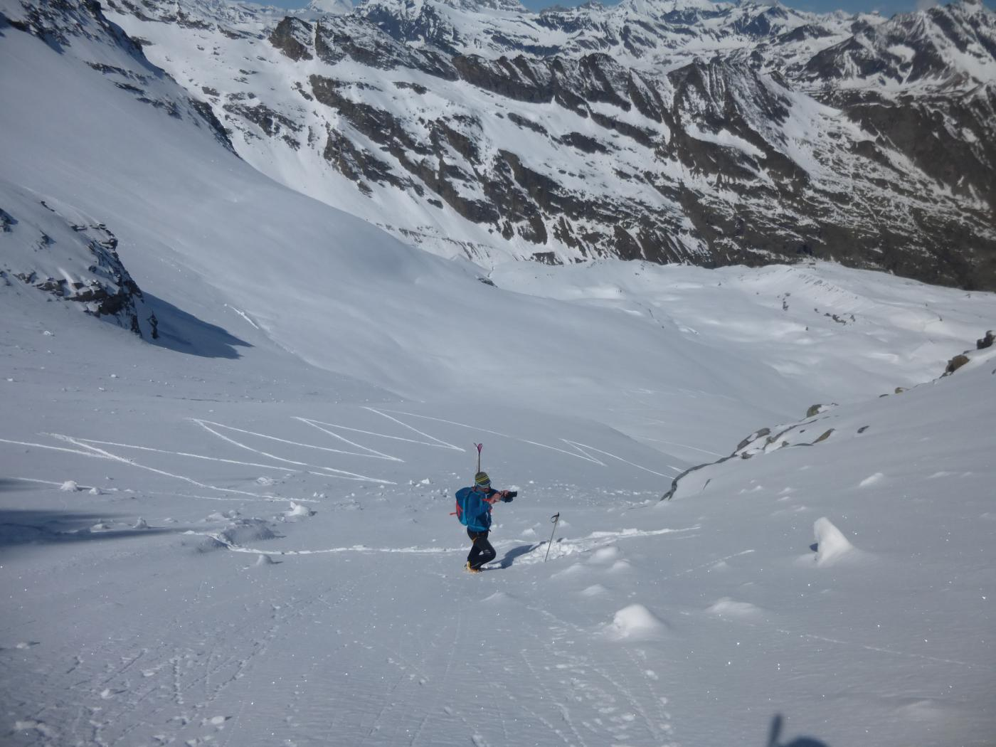 ..salendo lungo la parete le nostre tracce sul ghiacciaio...