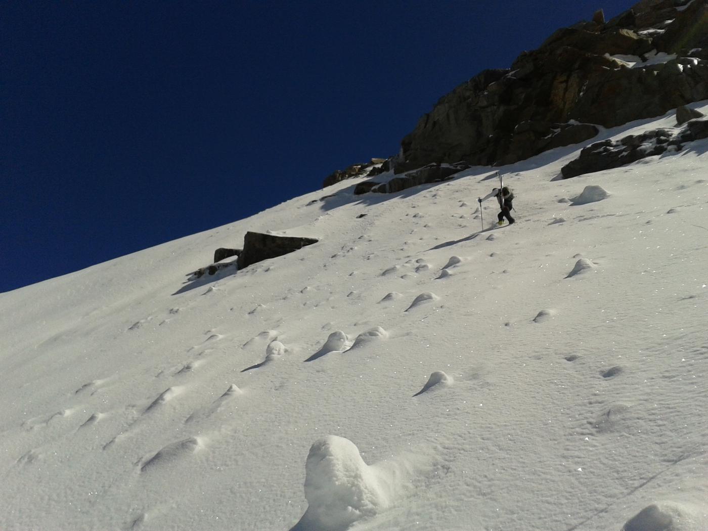 dalla base della parete si tolgono gli sci