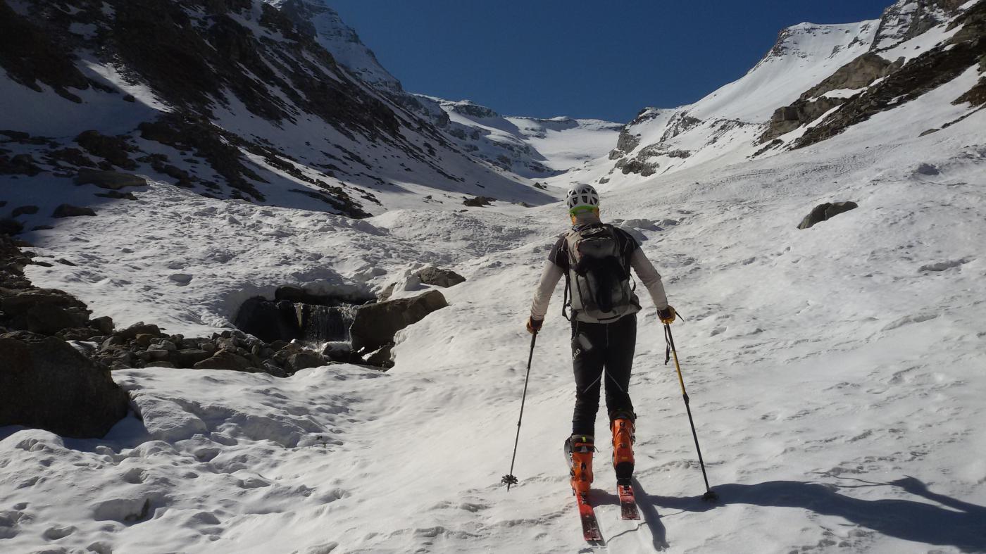 A quota 2250 si calzano gli sci