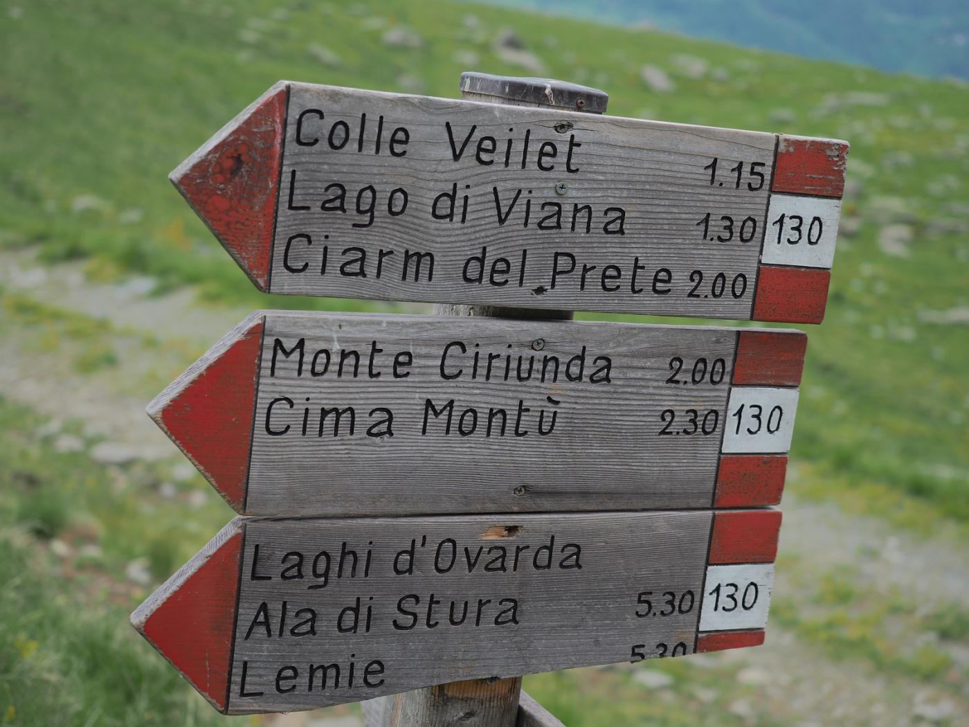 Cartello dei sentieri lungo la strada per il colle Pian Fuim
