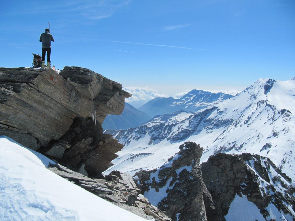 in breve in vetta dove è già arrivato il primo scialpinista