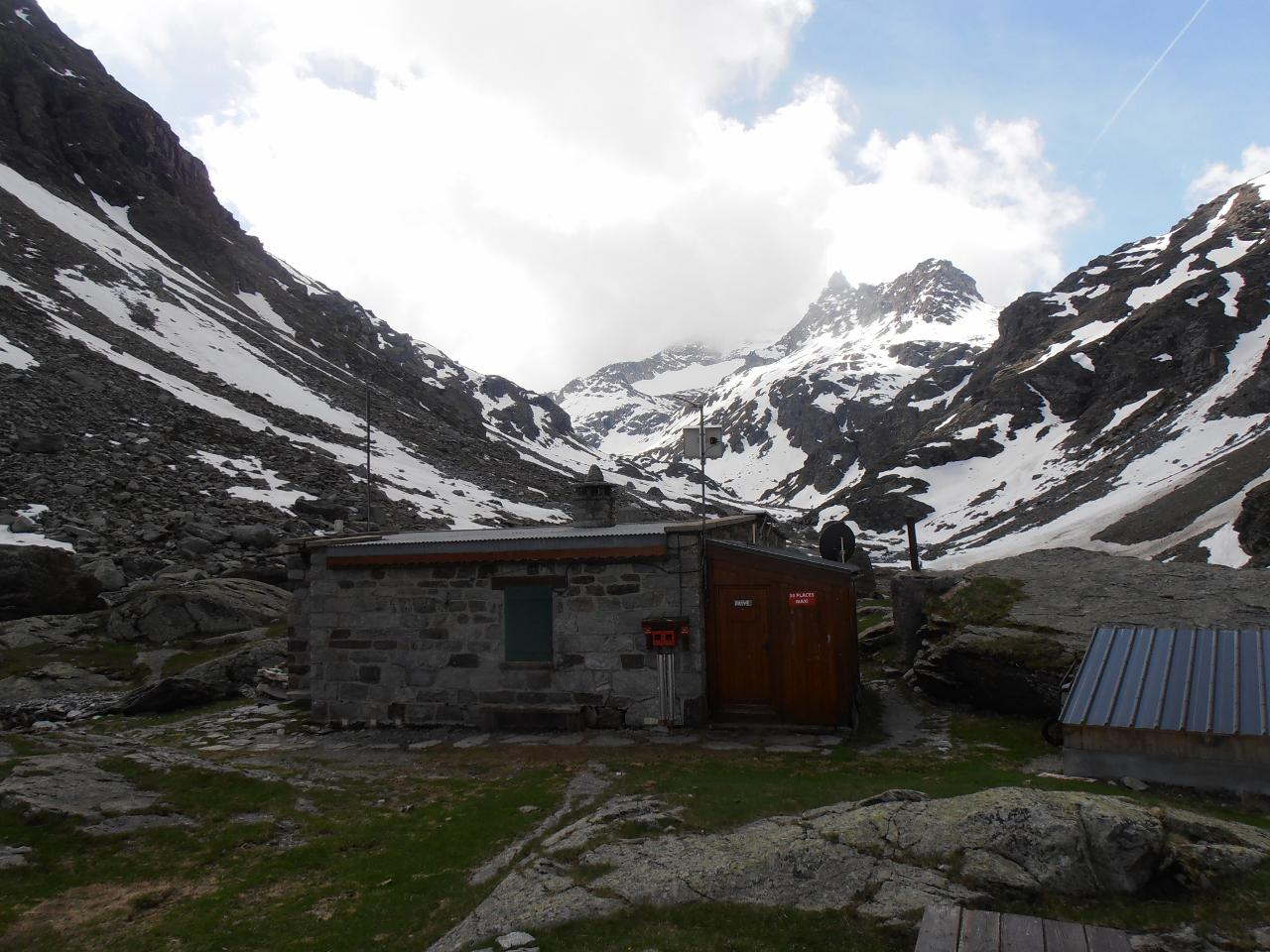 02 - il refuge d'Ambin con Gran Cordonnier e Sommeiller sullo sfondo