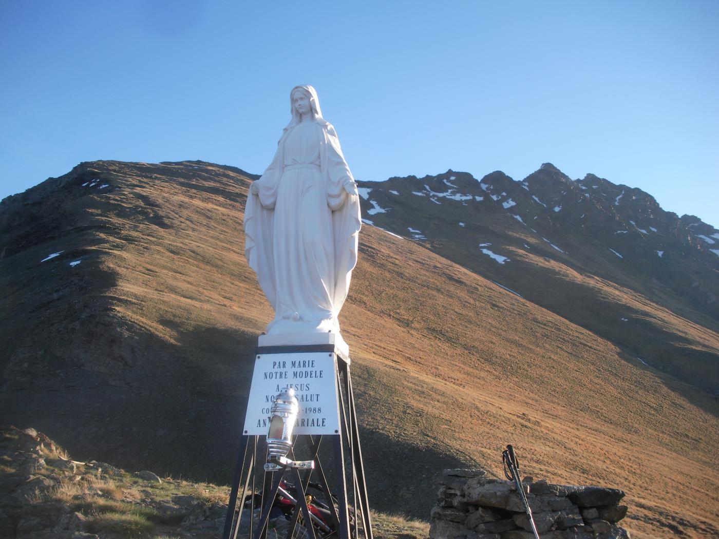 da quota 2706m con Madonnina..dietro  parte della cresta da concatenare..